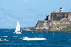Segelboot vor Schloss EL Morro stockfoto