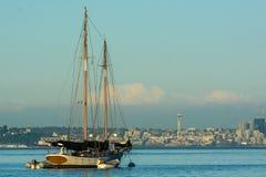 Segelboot vor Seattle Lizenzfreie Stockfotos