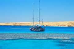 Segelboot vor Tiran-Insel lizenzfreie stockbilder