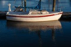 Segelboot am Winterdock Lizenzfreie Stockbilder