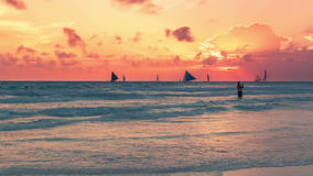 Segelboot zum Sonnenuntergang in Boracay-Insel auf Philippinen 4K TimeLapse - August 2016, Boracay, Philippinen stock video