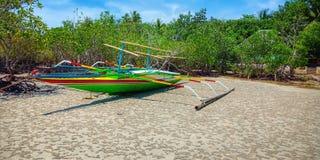 Segelboot zur Insel stockbild