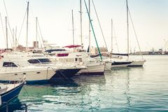 Segelbootboote und -schiffe im Catania Port Authority stockfotos