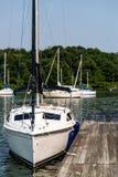 Segelbootbucht lizenzfreie stockfotos
