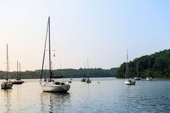Segelbootbucht lizenzfreie stockfotografie