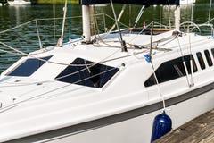 Segelbootbucht lizenzfreies stockbild