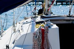 Segelbootcockpit lizenzfreie stockbilder
