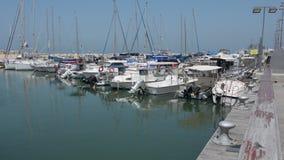 Segelboote am alten Hafen von Jaffa in Telefon Aviv Jaffa, Israel stock video footage