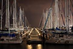 Segelboote angekoppelt im Hafen nachts - Tel Aviv, Israel Lizenzfreie Stockbilder