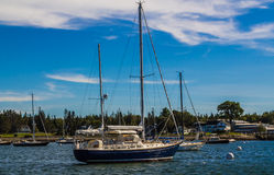 Segelboote am Anker stockfotos