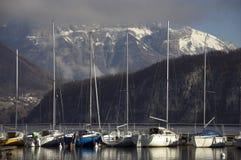 Segelboote auf Annecy See Stockbilder