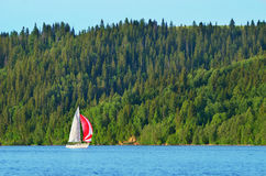 Segelboote auf dem Fluss, die Reflexion auf Wasser Stockfotografie