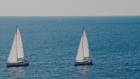 Segelboote auf dem Horizont im schönen adriatischen Meer stock video