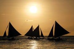 Segelboote auf dem Meer bei dem Sonnenuntergang in Boracay Lizenzfreie Stockfotografie