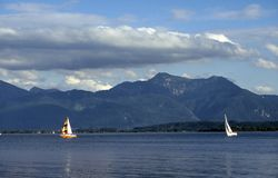 Segelboote auf dem See Stockbilder