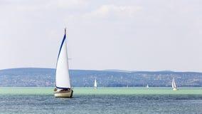 Segelboote auf dem See in Ungarn Stockbild