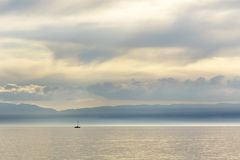 Segelboote auf dem See wird im weiten Abstand gesehen Lizenzfreies Stockfoto