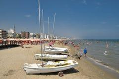 Segelboote auf dem Strand in Riccione stockbilder