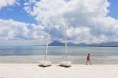 Segelboote auf dem Strand von einer Tropeninsel von Mauritius Stockbilder
