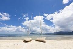 Segelboote auf dem Strand von einer Tropeninsel von Mauritius Lizenzfreie Stockbilder