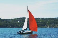 Segelboote auf dem Wasser Lizenzfreie Stockfotos