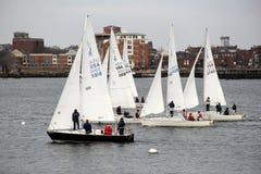 Segelboote auf dem Wasser, Boston-Hafen, im März 2014 Lizenzfreie Stockbilder