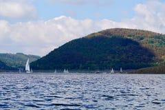 Segelboote auf einem See Lizenzfreies Stockbild