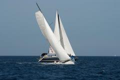 Segelboote auf einer Meeresüberquerung ihre Kurse stockbilder