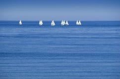 Segelboote auf Horizont stockfoto