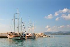 Segelboote auf Pier Wasser des ruhigen Sees und Hintergrund des blauen Himmels Stockbild