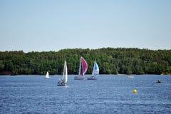 Segelboote auf See Stockbild