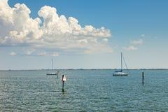 Segelboote befestigt in Tampa Bay, Florida lizenzfreies stockbild