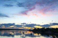 Segelboote bei Sonnenuntergang Stockfotos