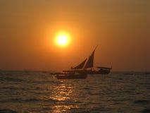 Segelboote bei Sonnenuntergang stockbild