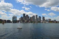 Segelboote in Boston-Hafen während des Sommers stockfoto
