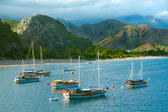 Segelboote an der Seeküste Stockfotografie