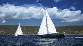 Segelboote in der Segelnregatta segeln Segelsport im wolkigen Wetter Lizenzfreie Stockfotos