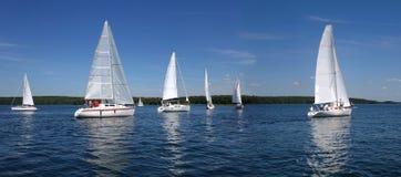 Segelboote, die auf den See segeln Stockfotografie