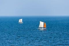 Segelboote, die auf ein tiefes blaues Meer segeln Stockfotos