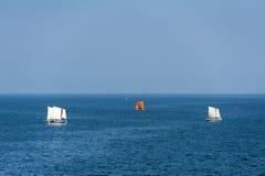 Segelboote, die auf tiefen blauen Ozean segeln Stockfotos