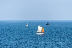 Segelboote, die auf tiefen blauen Ozean segeln Stockbilder