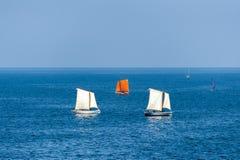 Segelboote, die auf tiefes blaues Meer segeln Lizenzfreie Stockbilder