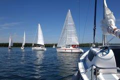 Segelboote, die in blauen See im Sommer schwimmen Lizenzfreies Stockfoto