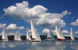Segelboote, die in die Wolken schwimmen Stockbild
