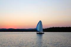 Segelboote, die in die Wolken schwimmen Stockfotos