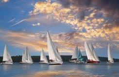 Segelboote, die in die Wolken schwimmen Lizenzfreie Stockbilder
