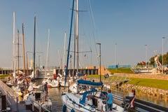 Segelboote, die in eine Schleuse warten, bevor das IJselmeer betreten wird Lizenzfreie Stockfotos