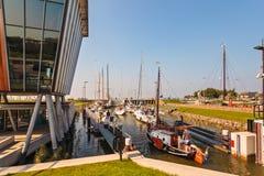 Segelboote, die in eine Schleuse warten, bevor das IJselmeer betreten wird Lizenzfreie Stockfotografie