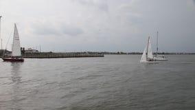 Segelboote, die zu Kemah-Jachthafen zurückgehen stock footage