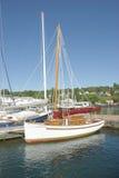 Segelboote am Dock Stockbild